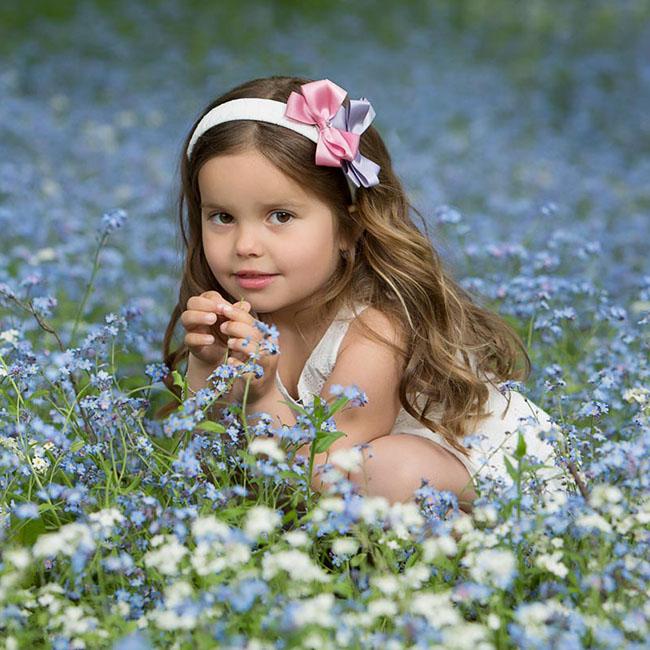 barneportrett i blomstereng
