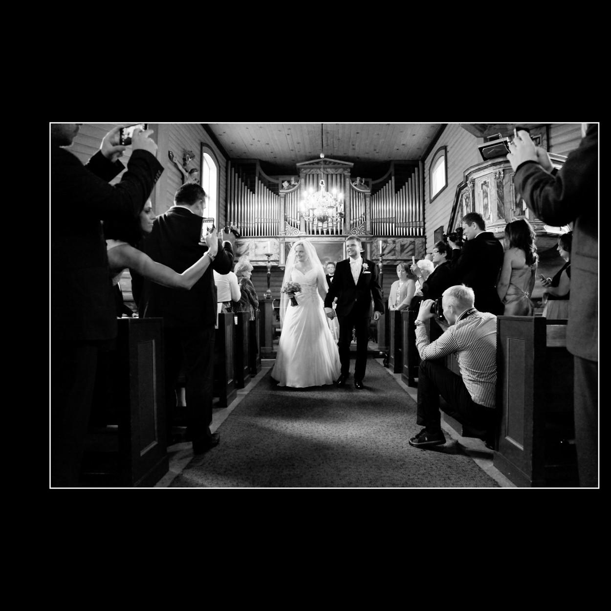 Brudepar på vei ut av kirke